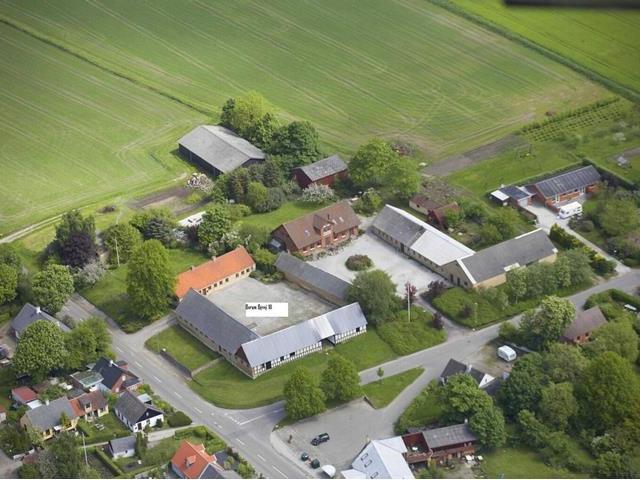 Anpart til salg i 2-familiehus på trelænget gård i dejlige Borum - 00_annonce_aerial_view_02d8b96ed241d1e515b1b2bc7ca4eedf
