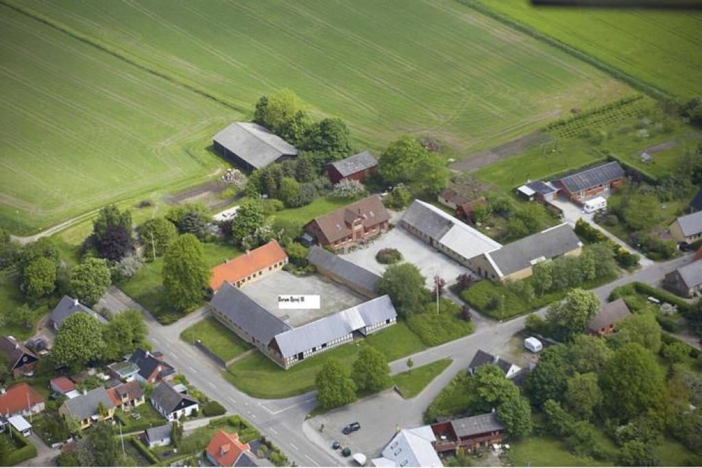 Anpart til salg i 2-familiehus på trelænget gård i dejlige Borum - 00_annonce_aerial_view_f658b81e69a352706079f76be4690998