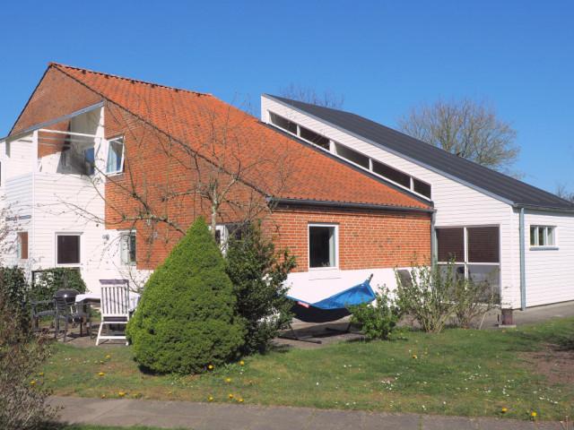 Stort hus i bofællesskab i Midtjylland - 01_Bygning_fra_SO_23apr_rz3_e4f5d7adc051bef0a31230e2f3a17ac8