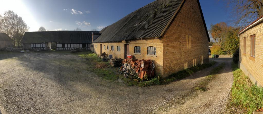 Anpart til salg i 2-familiehus på trelænget gård i dejlige Borum - 02_gaardsplads_stald_lade_96f393fd9d21d4397064a64e9d552583
