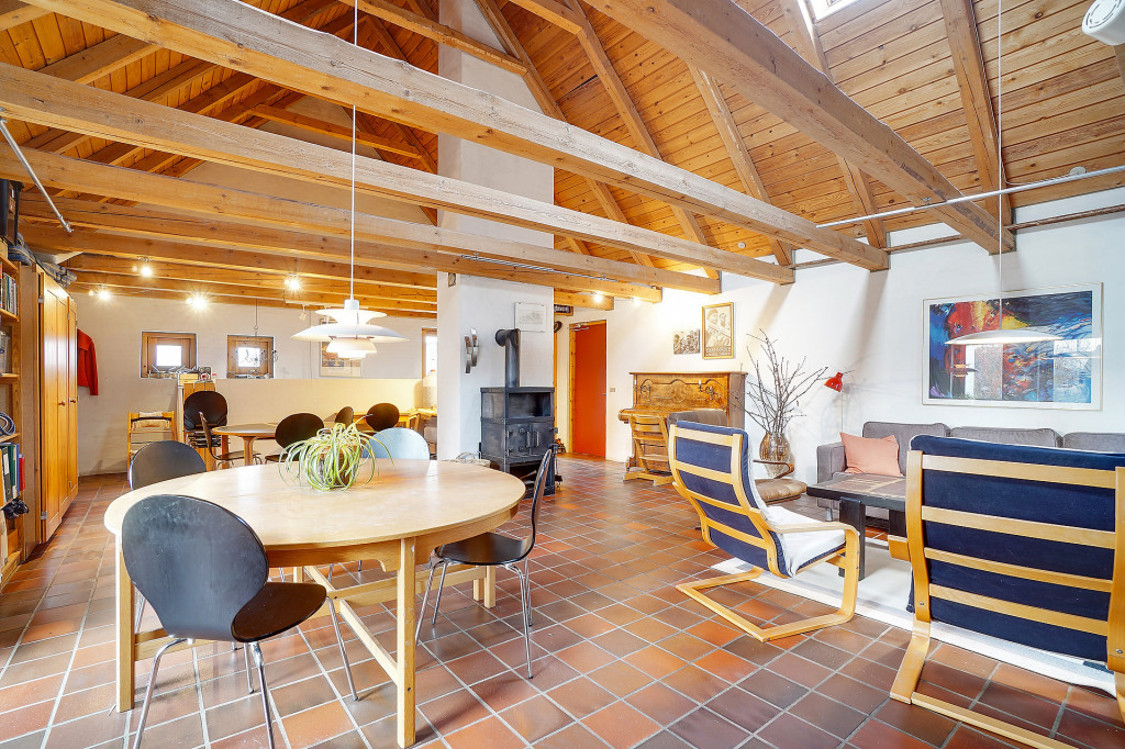 2 boliger i bofællesskab i Vinderslev ved Kjellerup   - 11_Faelleshuset_med_den_rode_dor_ind_til_kokkenet_i_boenheden_Liljevej_31_1dd24e4cf804b6be3ac251a1f6097809