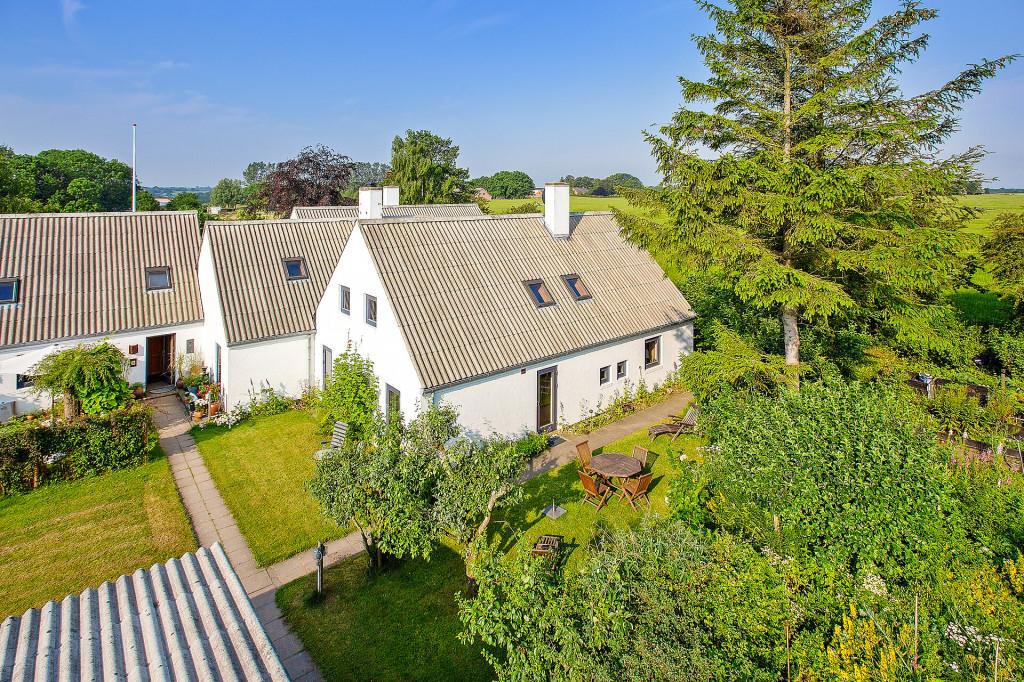 2 boliger i bofællesskab i Vinderslev ved Kjellerup   - 2_Luftfoto_af_bofaellesskabet_med_Liljevej_31_th_725cdc1f69903a2e14450d24b0e27e24