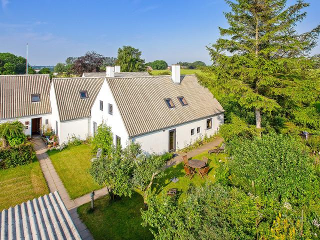 2 boliger i bofællesskab i Vinderslev ved Kjellerup   - 2_Luftfoto_af_bofaellesskabet_med_Liljevej_31_th_a12f18942055096708ed067ff1debcd4
