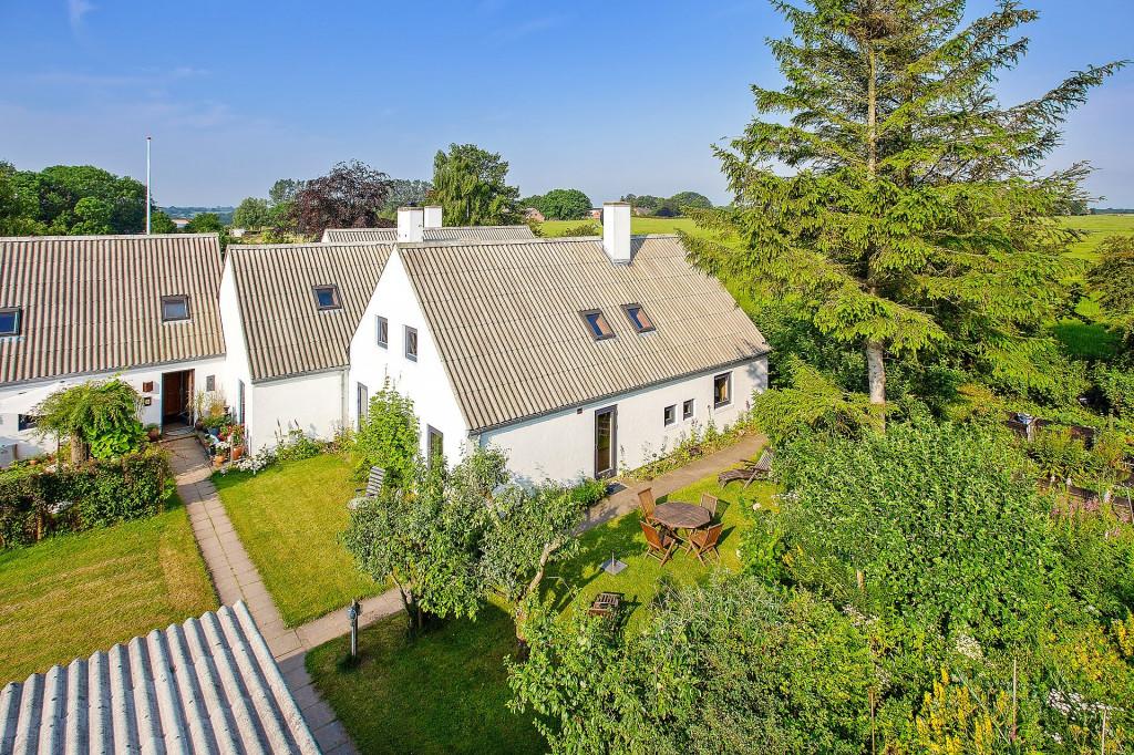 2 boliger i bofællesskab i Vinderslev ved Kjellerup - 2_Luftfoto_af_bofaellesskabet_med_Liljevej_31_th_ceb98e981db7902309811a516a1703af