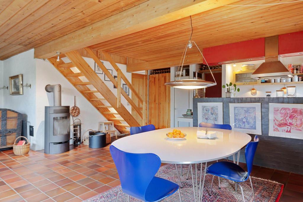 2 boliger i bofællesskab i Vinderslev ved Kjellerup - 5_Liljevej_29_-_spiseplads_og_stue_samt_trappe_til_1_sal_a6e8369d4f57914fa45c6413737a6999