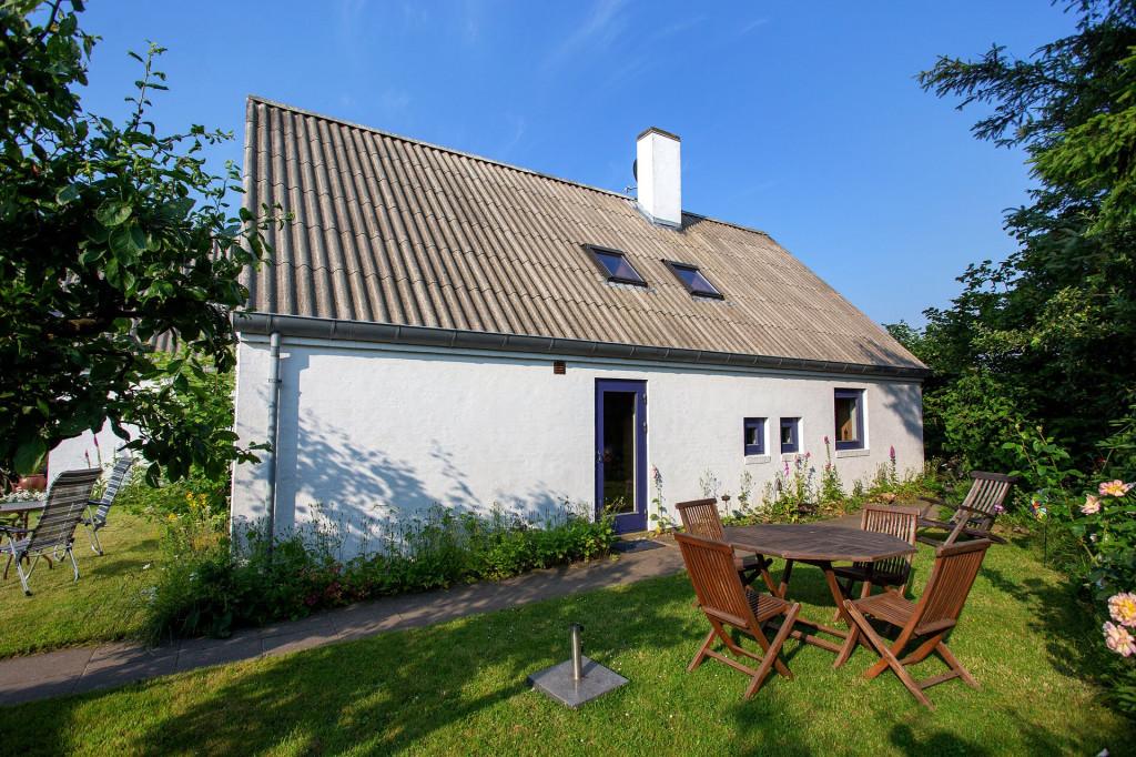 2 boliger i bofællesskab i Vinderslev ved Kjellerup - 7_Boenheden_Liljevej_31_med_haveborde_paY_graesarealerne_tv_og_th_cd0acb86826ba56528af871995ad872b