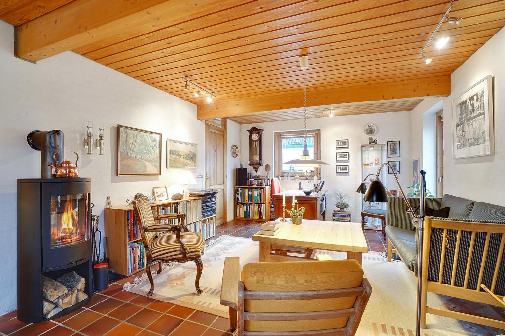 2 boliger i bofællesskab i Vinderslev ved Kjellerup   - 9_Stuen_med_sofagruppe_pejs_og_skrivebord_Liljevej_31_2067f6ddddb65d26a5b420ebdc4be219