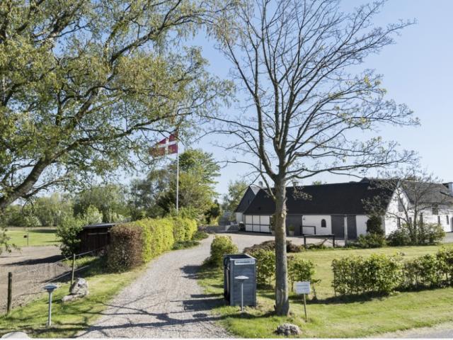 Skøn stor bolig med masser af plads - Dalgaarden_indkorsel_1a2d90da5a101f49c092b98983fbd193