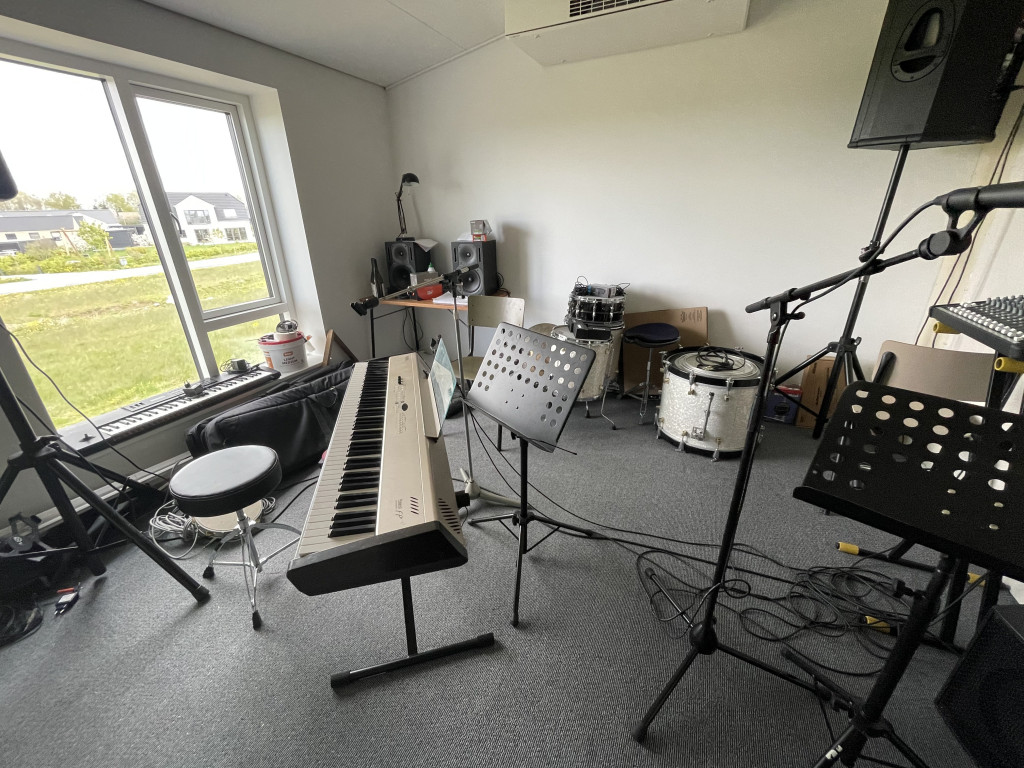 Skønt og veludnyttet enderækkehus i økofællesskab (under salg) - Faelleshus-musik_5b16a34ee30884ed1cf1bd832f139000