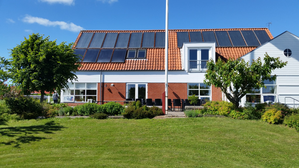 80 m2 bolig til salg i  Bofællesskabet Agerland - Faelleshus_juni_sydfra_0af138ff4166f7ac4aa0c400d8d70e9a