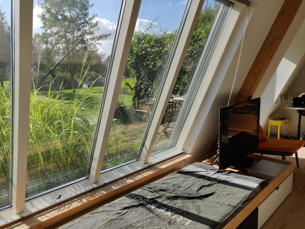 Unik, flot og utraditionel andelsbolig i velfungerende bofællesskab i Randers med udsigt ud over Hornbæk Enge - IMG_Kik_til_terrasse_4e043342613ef9fec8e107b1f23429a1