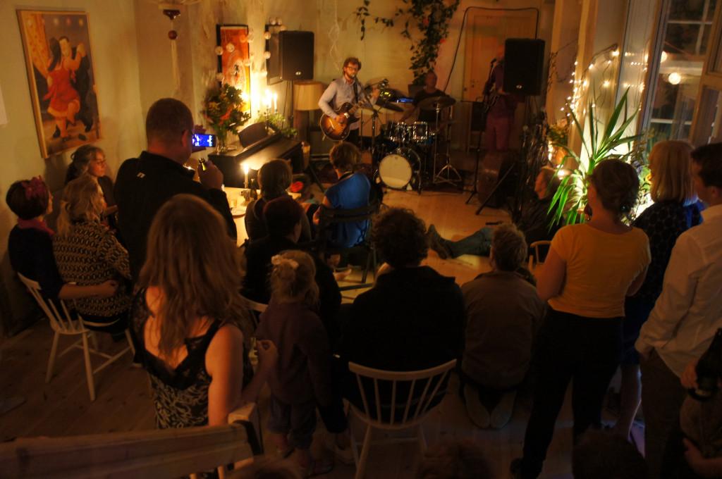 Villalejlighed i lille bofællesskab i Ballerup - Sensommerfest_-_koncert_-_kollektiv_1_4e6d29421619dca0fa4dd3cf3d4a9356