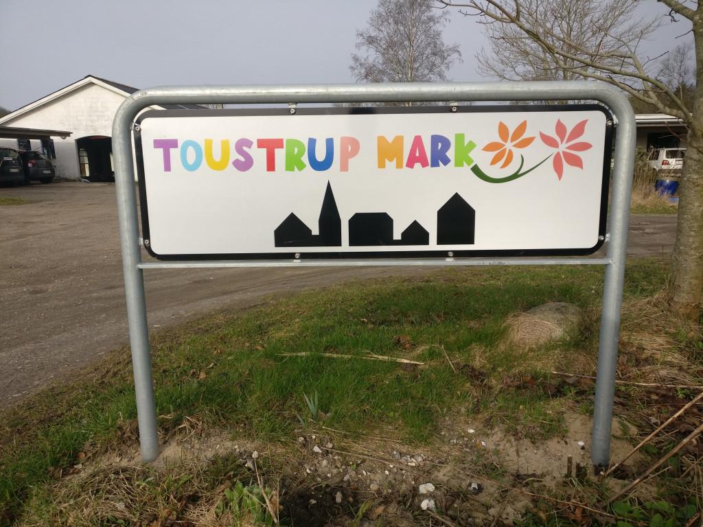 Bliv en del af Danmarks ældste storkollektiv - Skilt_Toustrup_Mark_indkorsel_664371c58fdd18ccecd5e266c6152e4c