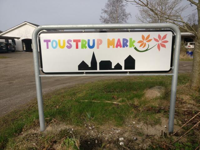 Bliv en del af Danmarks ældste storkollektiv - Skilt_Toustrup_Mark_indkorsel_75e04af6bbf23f85409fe9309c41bb29