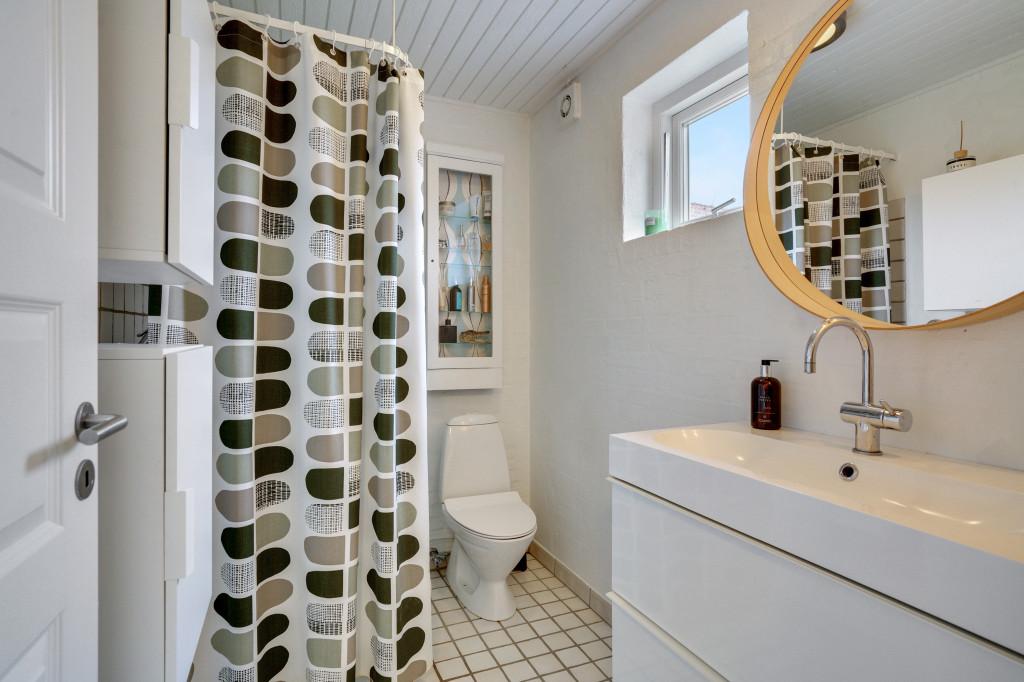 Stor  moderniseret villa i bofællesskab i  Bjert v.Kolding - bad_nede_f124b1ef037436d99e5726ad0c46969d