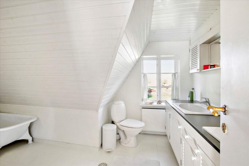 Skøn firlænget bofællesskabsejendom tæt på Odense - badevaerelse_hovedhus_1sal_92cd1a4c3d2fa72f0f41224296996601