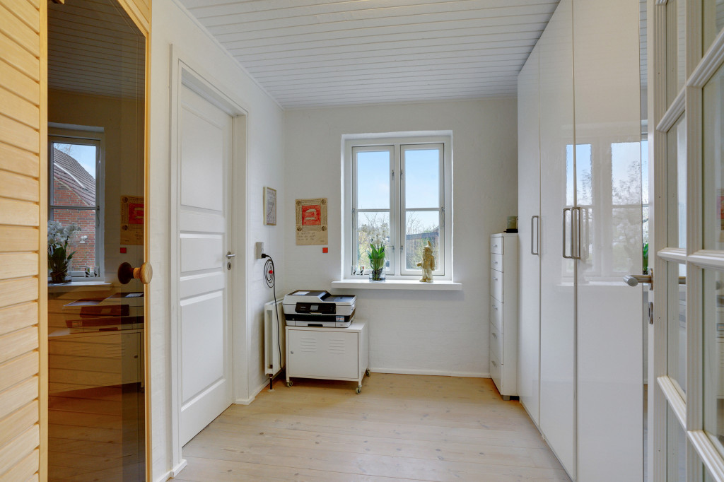 Stor  moderniseret villa i bofællesskab i  Bjert v.Kolding - skabsplads_e7f3724acb314b8dac1656f56f75b9a9